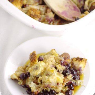 Banana Blueberry French Toast Bake recipe is a sweet and amazing overnight breakfast or brunch recipewith fresh blueberries and sweet bananas, crumble topping, and maple syrup to make it a classic. Make ahead breakfast casseroles are perfect for busy mornings and holidays! Mmm... Blueberries and bananas are so tasty together!