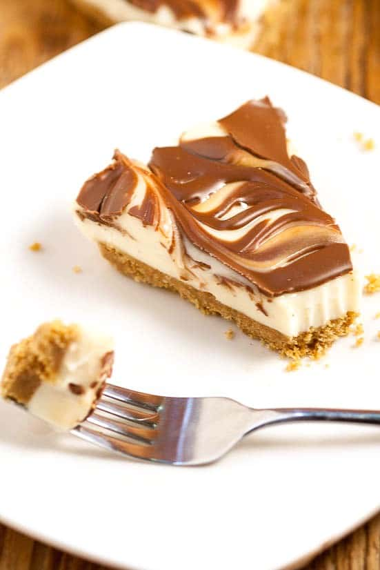 Easy No Bake S'mores Cheesecake recipe - a quick and easy no bake s'mores dessert recipe that can be made from scratch in just 10 minutes! Chocolate and marshmallows and cheesecake all in one quick and easy dessert recipe?! Count me in!