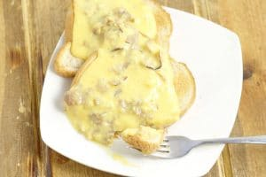 Creamed Chipped Beef is an easy, frugal comfort food dinner recipe, with a creamy, cheesy white sauce and roast beef deli meat, served over golden crunch toast.  Love! Perfect for a cheap family dinner recipe! Plus, CHEESE!