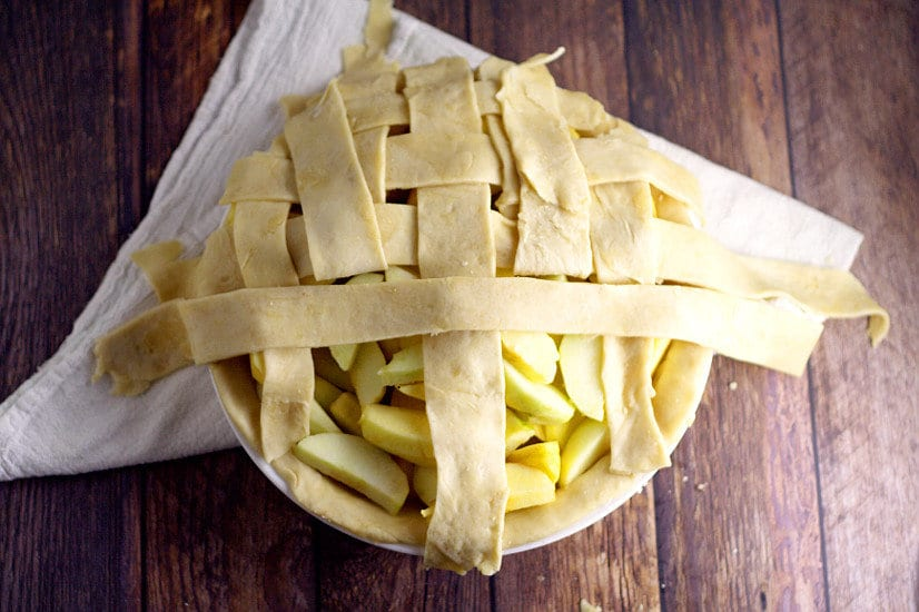Make your pies delicious and beautiful too, with these 15 Pretty Ways to Finish Pie Crust tutorials. You'll be a pie-making pro in no time! Perfect pie crust recipe and tutorial for Thanksgiving and the holidays coming up!