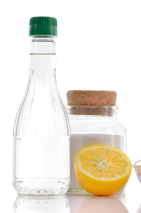 Household Uses for Vinegar -Vinegar is extremely versatile product that you already have in your home! Check out these ingenioushousehold uses for vinegar from cleaning to freshening and so much more. | cleaning | tips | hacks | natural