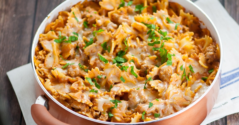 Creamy Sausage Pasta recipe - This Creamy Sausage Pasta recipe is simple, cheesy, and perfect for an easy family dinner recipe with a creamy red sauce, Italian sausage, and melted gooey cheese. Super easy pasta for family dinner recipe and can be made in just 30 minutes!