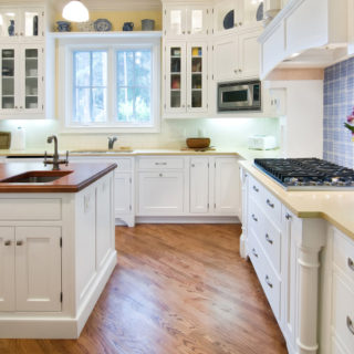 5 Tips to Help Clean Your Kitchen Faster - Whether you're Spring cleaning or just running a busy schedule, use these 5 simple tips to help clean your kitchen faster! Great cleaning tips and tricks for kitchen!