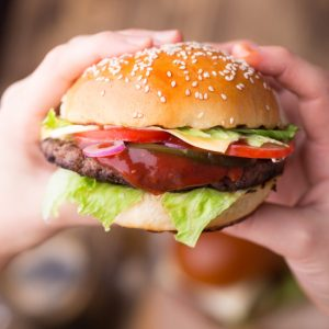 How to Save Money When Eating Out -You can still eat out when you're on a budget, especially if you use these 7 simple ways to save money when eating out for a delicious, stress-free meal on a budget.