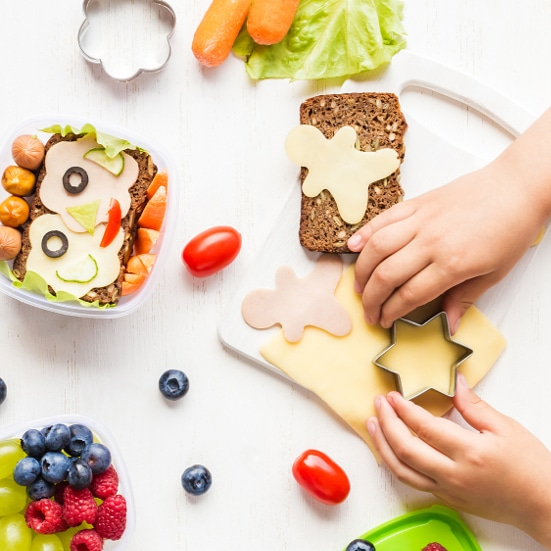 How to Encourage Kids to Pack Their Own Lunches -Packing school lunches can be a hassle. Make sure your kids love their lunches and take a load off your own shoulders with these 7 Ways to Encourage Kids to Pack Their Own Lunches. Back to school parenting tips